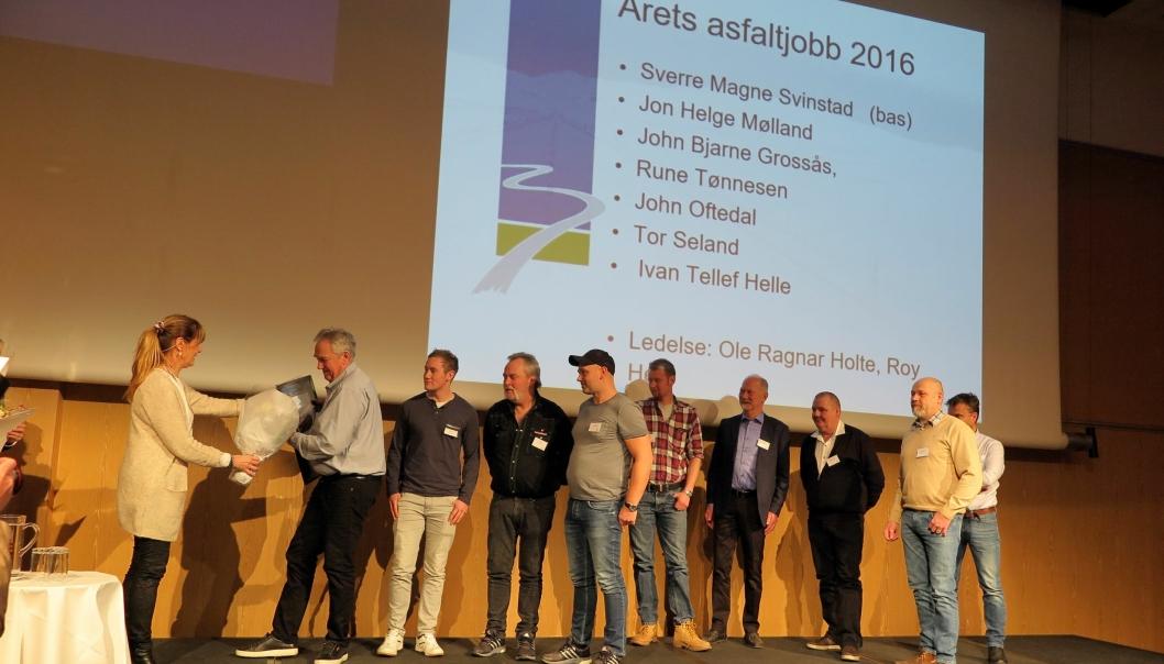 Leder Kristin Torgersen i Norsk Asfaltforening hadde både diplomer og blomster til NCC Industris vinnerlag med Sverre Magne Svinstad som bas.