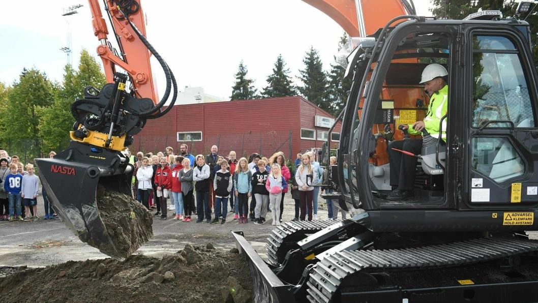 Byråd for næring og eierskap, Geir Lippestad (Ap), markerte første spadetak på Lambertseter flerbrukshall med en Hitachi ZX135 US gravemaskin.