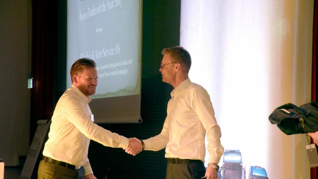 Helge Rønneberg (t.v.) fra Maskin & Auto Service AS, Sandnes, som ble utpekt til årets forhandler i Norge. Han gratuleres her av Ivecos Business Director Lars Beck. Foro: Iveco Norge AS