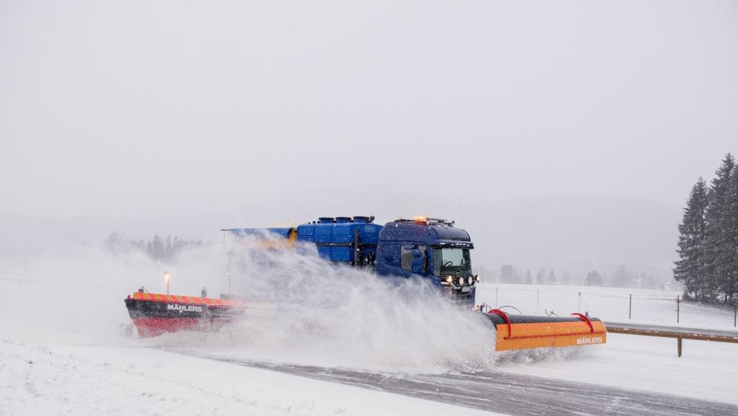 2 BILER: Med den nye Mähler Caway sideplogen klarer Kjell Sveiven å rydde hele bredden på E6 sammen med en brøytebil til.