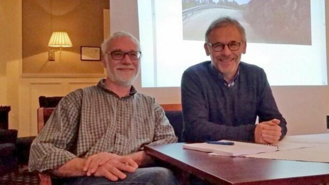 Byggeleder Per Gevik i Statens vegvesen (t.v.) og prosjektleder Jon Sellæg i Røstad Entreprenør AS signerte kontrakten om utbedring av fylkesvei 193 fra Verrabotn til Meltingen.