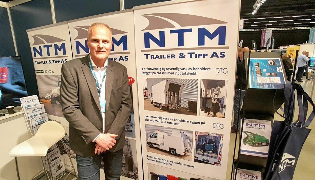 Selger Per Fjeldsbø hos NTM Trailer & Tipp AS på stand under Arctic Entrepreneur 2017 på Gardermoen i januar.