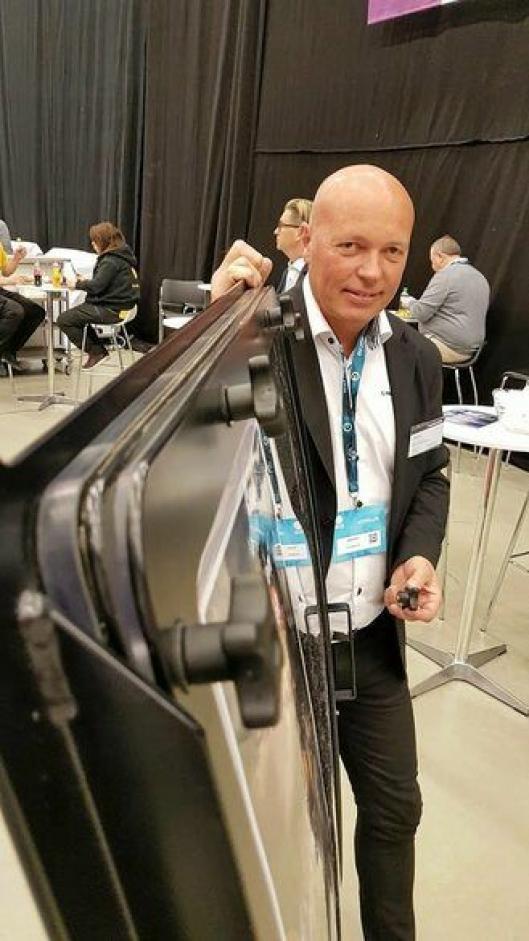 Adm. direktør i Hammerglass AB, Bengt Nilsson, på Arctic Entrepreneur på Gardermoen 18. januar 2017. På bildet viser han det 4 mm tykke offerglasset som er festet med ti skruanordninger.