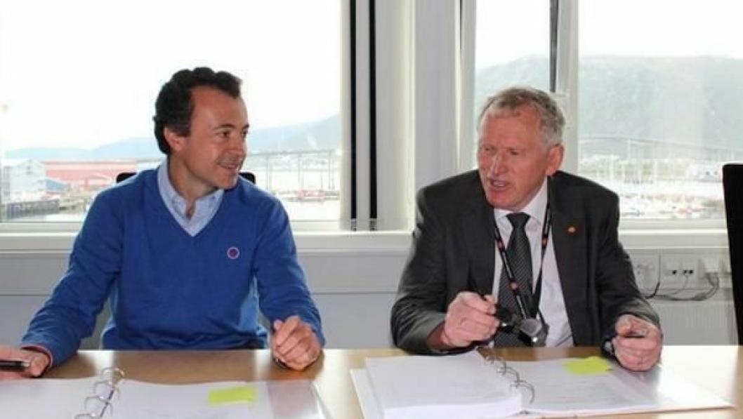 Regionveisjef Torbjørn Naimak og Iñigo Núñez Blanco i OSSA ved signeringen av kontrakten om bygging av tunnel gjennom Sørkjosfjellet 28. august 2014. Núñez Blanco har sluttet hos OSSA og arbeider nå for Aldesa.