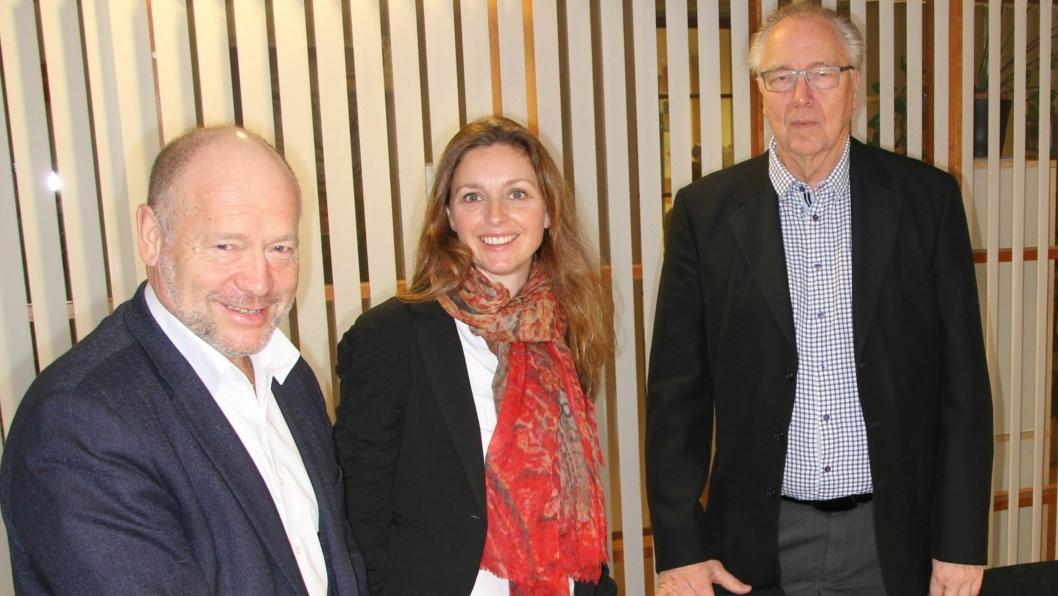 Adm.dir. i Omsorgsbygg, Per Morten Johansen (t.v.) signerte Lindeberg-kontrakten med Skanska, her representert med prosjektsjef Kristine Hunstad og markedssjef Sverre Fossengen.