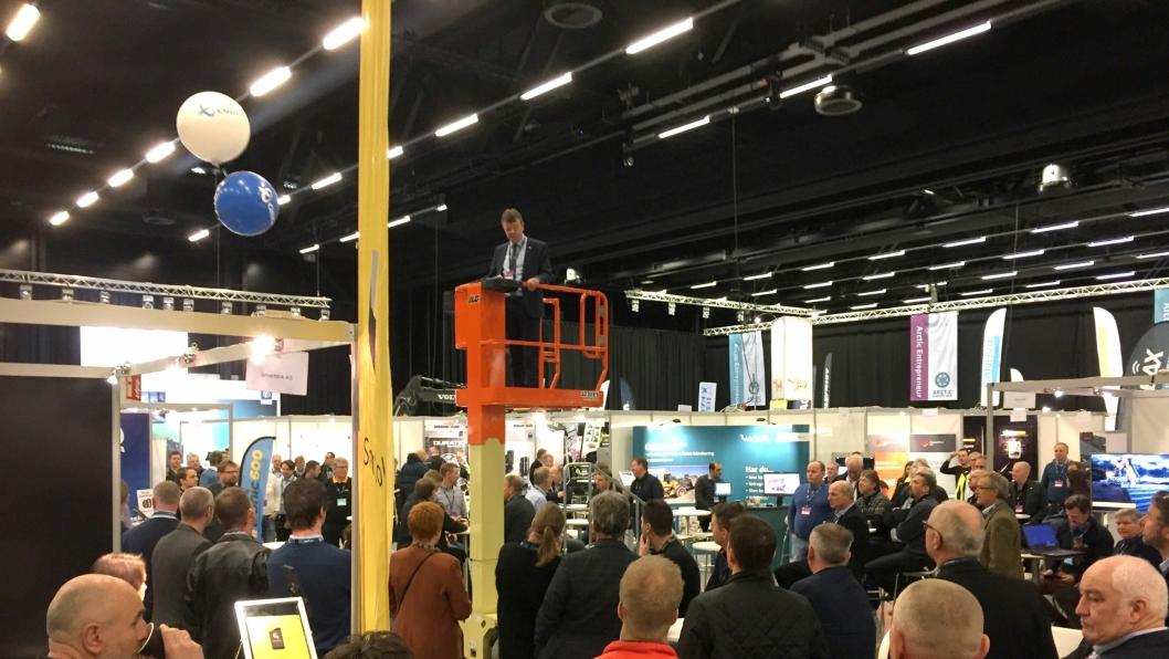 Arnstein Repstad åpnet Arctic Entrepreneur 2017 fra en lift i utstillingshallen i The Qube ved Gardermoen.