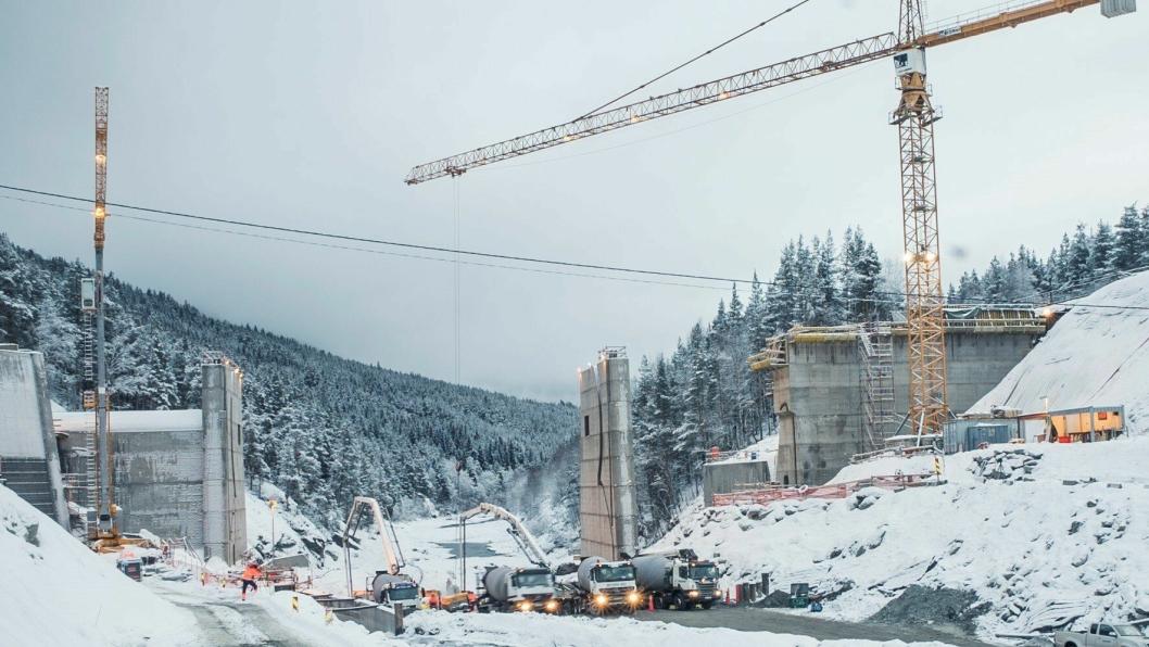 Det gikk med nesten 1000 lastebillass ferdigbetong i midtfundamentet til Rosen kraftverk. (Foto og video: Leidar)