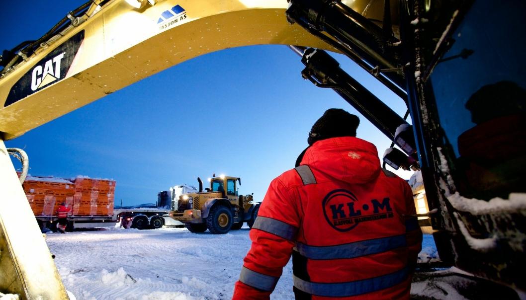 Det er igjen full skjæring i Sørkjostunnelen. I morgentimene tirsdag 10. januar blokkerte en av maskinene fra entreprenøren som fikk sparken inngangen til fjellet.