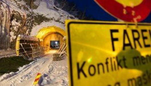 Ole Nils Ailo Siri og arbeidskameratene i Klasvoll Maskinstasjon hentet utstyr og materiell på anleggsområdet ved Sørelva tirsdag morgen.