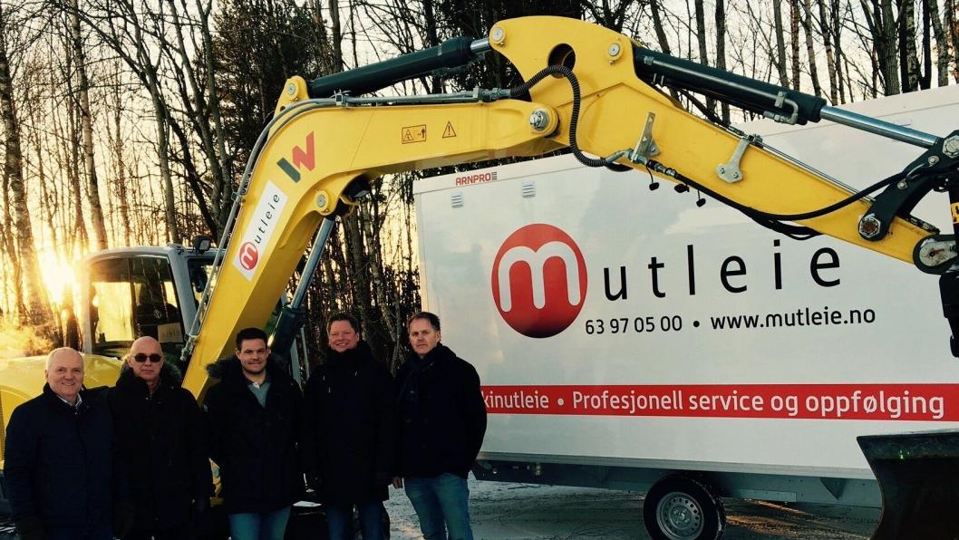 Fra venstre: Roy Hagen (salgsdirektør i Wacker Neuson), Erik Høi (MD Nordic i Wacker Neuson),  Morten Holter (selger i Wacker Neuson), Mads Lier (styreformann Mutleie) og Odd Petter Pedersen (daglig leder Mutleie).
