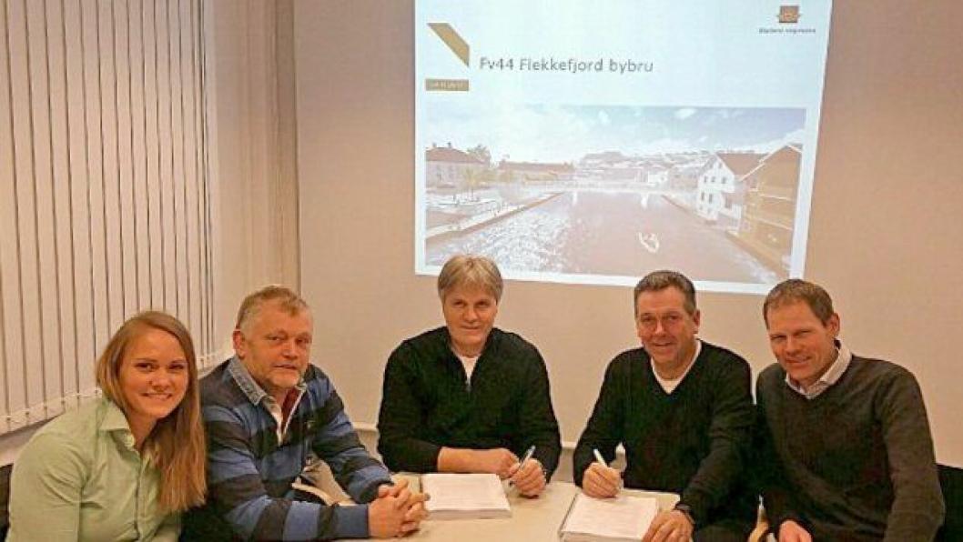 Fra venstre: Evelina Widen, Odd Arne Helvik, og Bjørn Sivertsen for Skanska Norge AS. Prosjektleder Jan Børge Thorsen og byggeleder Geir Norum for Statens vegvesen.
