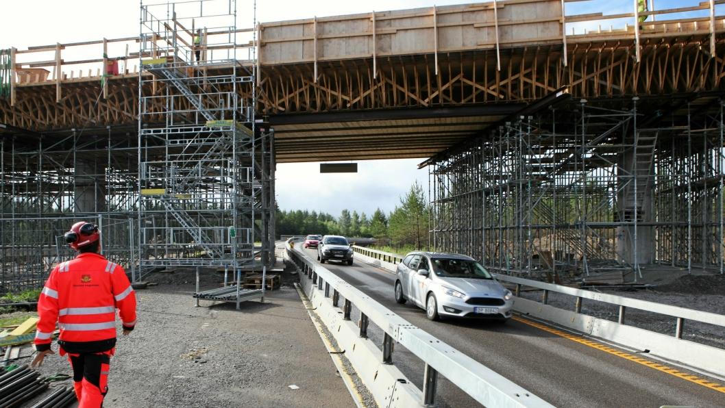 Fra 1. januar 2017 krever offentlige byggherrer, blant andre Statens vegvesen, at det skal være lærlinger i bedriftene som skriver kontrakt på prosjekter. Illustrasjonsbildet fra det nå avsluttede prosjektet Flyplasskrysset E6-E16 ved Jessheim/Gardermoen.