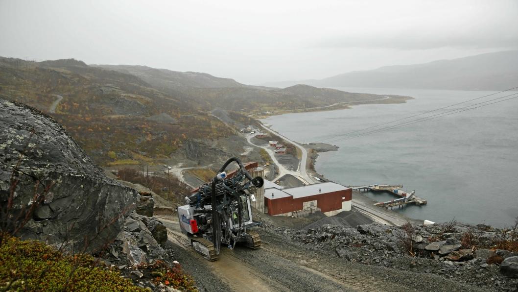 Nussir ASA skulle ha fått utslippstillatelse for sjødeponi i Repparfjorden (i bakgrunnen). En feil gjør at de har fått tillatelse til utslipp i Førdefjorden 130 mil unna. Bildet er tatt i forbindelse med en reportasje om boreriggen på bildet, en Furukawa HCR 1450 ED.