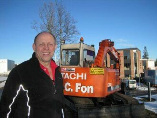 Carl Christian Fon kjøpte sin første gravemaskin, en Hitachi EX60 (8 tonn), 11. april 1988. Beltegraveren er pusset opp og står plassert ved bygget til Carl C. Fon AS (NCC Construction Norge). (Arkivbilde)