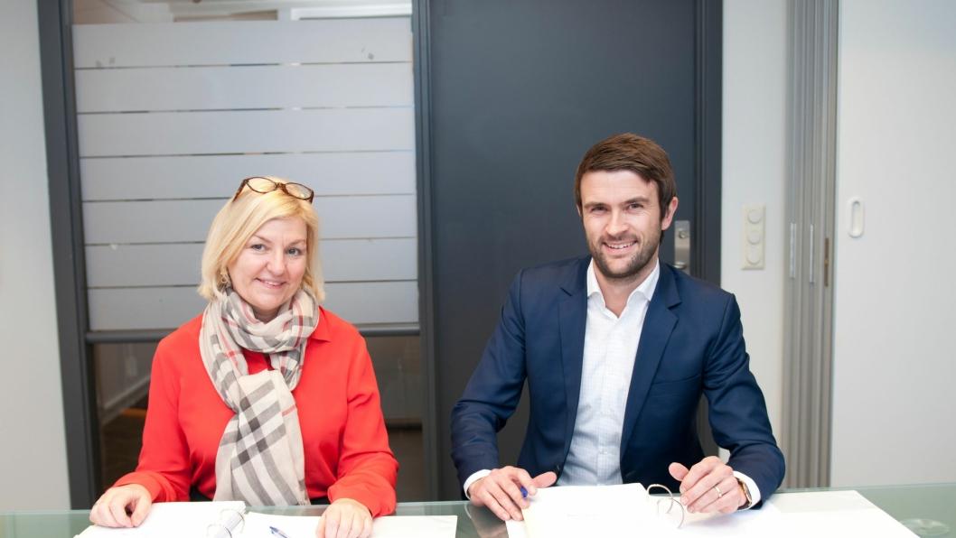 Eli Grimsby, direktør i Kultur- og idrettsbygg Oslo KF og Eirik F. Tandberg, konserndirektør for Hafslund Varme, signerer avtalen om leveranse av termisk energi.