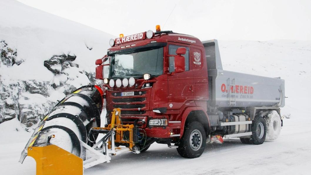 Med denne Scania R730-en med 4x4 er firmaet Olav O. Hæreid AS klart til å holde veien fra Årdal til Tyin åpen i vinter.