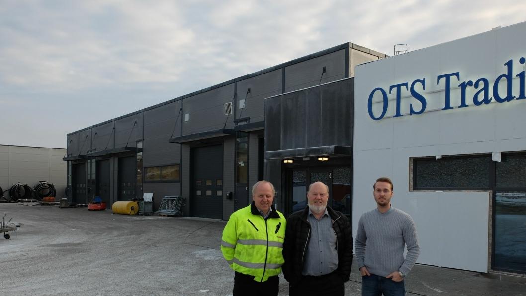 Axel (t.h.) og Ole Siem og Kjell Svanberg foran det nye bygget som ble tatt i bruk i begynnelsen av desember.