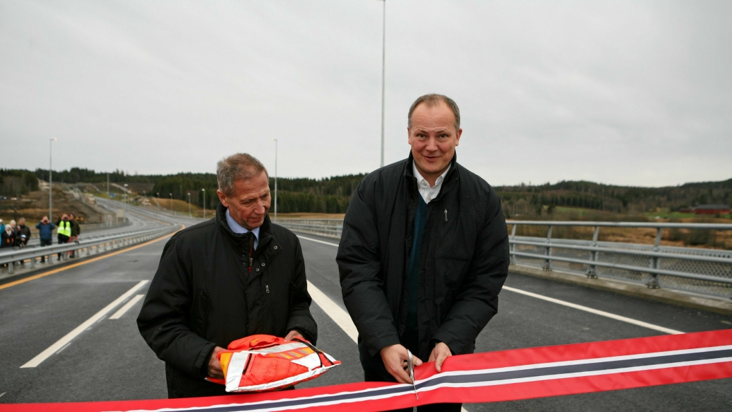 Samferdselsminister Ketil Solvik-Olsen hadde med seg vegdirektør Terje Moe Gustavsen på snorklippingen og åpningen av nye E18 mellom Knapstad og Retvet.
