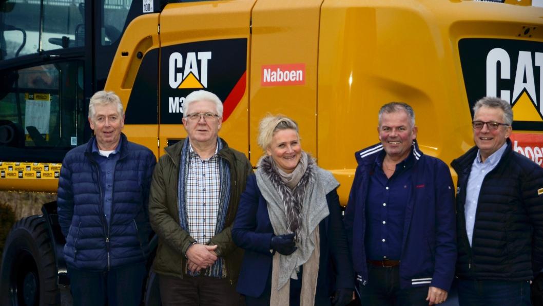 På bildet fra venstre: Stig Vikeså, servicesjef Pon Equipment, Helge Opheim, salgssjef Pon Equipment, Nina Aasland, konsernsjef i Naboen AS, Jone Ølberg, forretningsutvikler, samt ansvarlig for anlegg og samferdsel i Naboen AS, Paul Moi, salgsingeniør kompaktmaskiner Rogaland Pon Equipment AS.