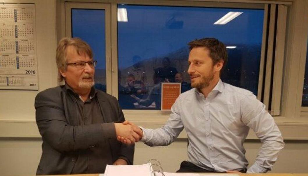 Fylkesordfører i Troms, Knut Werner Hansen (t.v.) og administrerende direktør Stig Ingar Evje i Implenia Norge AS signerte fredag 20. desember kontrakten om byggingen av fire bruer i prosjektet Bjarkøyforbindelsene.