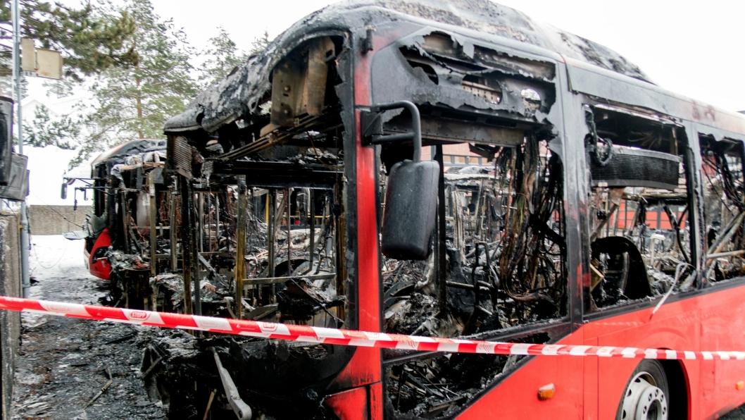 Det var ikke mye igjen av bussene som brant i Bærum i natt.