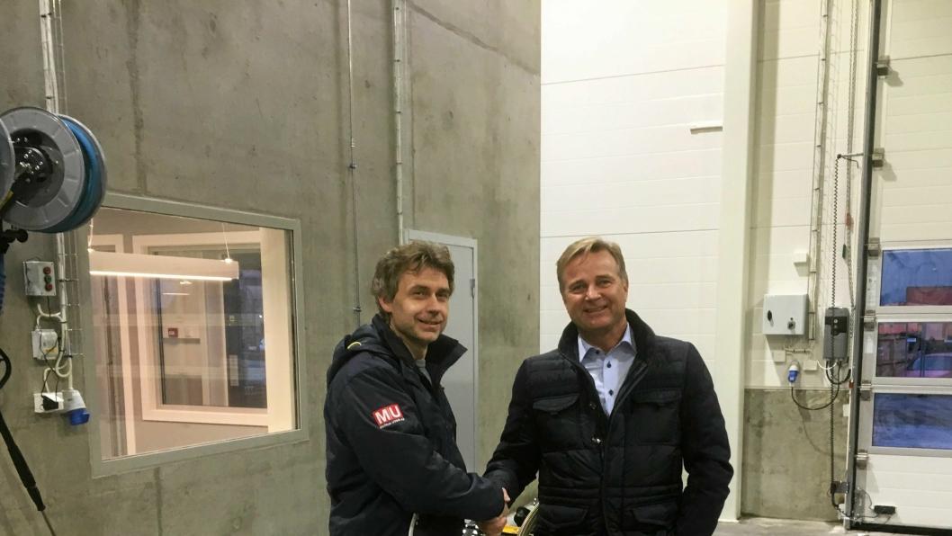 Kai Moen (t.v.), Malleus Maskin og Lasse Kjøsterud, Utleiesenteret AS, gratulerer hverandre med hammer-handelen.