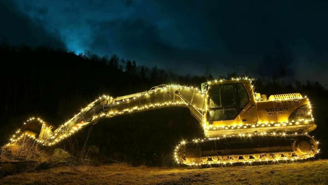 Volvo 210B julegraver på Stranda i Møre og Romsdal.