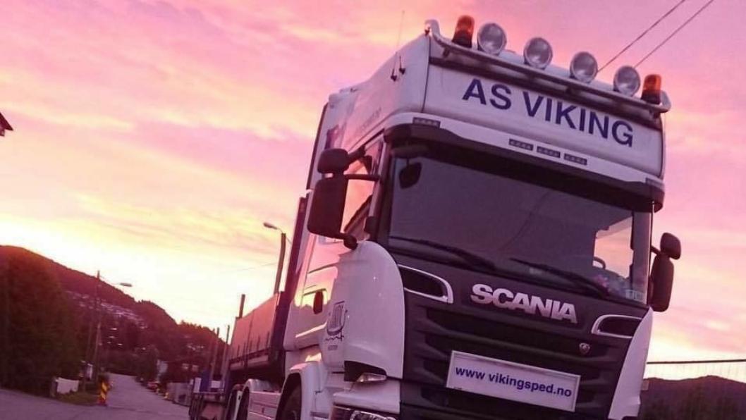 Viking International Transport og Spedition AS, etablert i 1956, er et transport-/ spedisjonsfirma som tilbyr frakt med skip, bil og fly. Her er en av deres lastebiler avbildet ved Krokstadelva.