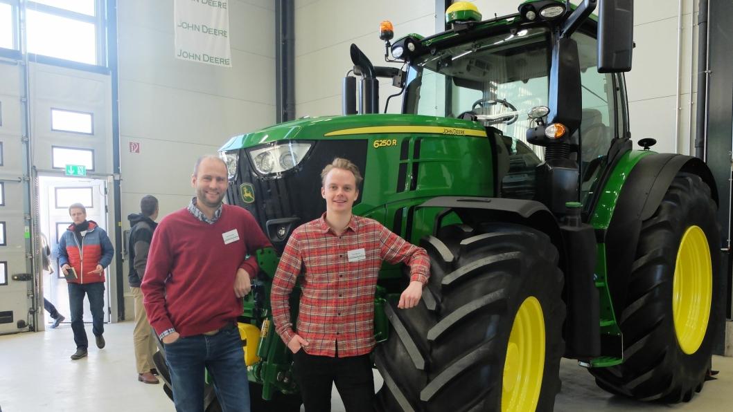 Kategorileder Bård Svarstad (t.v.) og produktsjef/traktor Tore Glærum, Felleskjøpet AGR SA, viser nye John Deere 6250R.