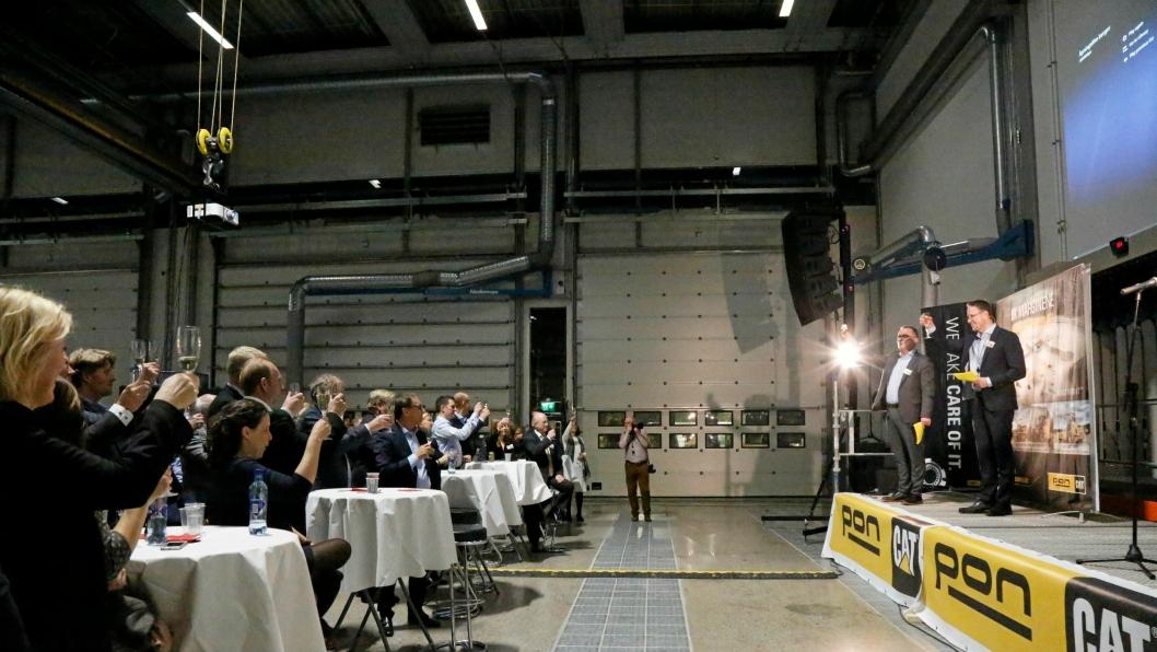 ÅPNINGSTALE: Erik Sollerud (adm. direktør Pon Equipment) til venstre og Claus Høyer (adm. direktør Pon Power) holdt åpningstalen sammen nede på verkstedet.