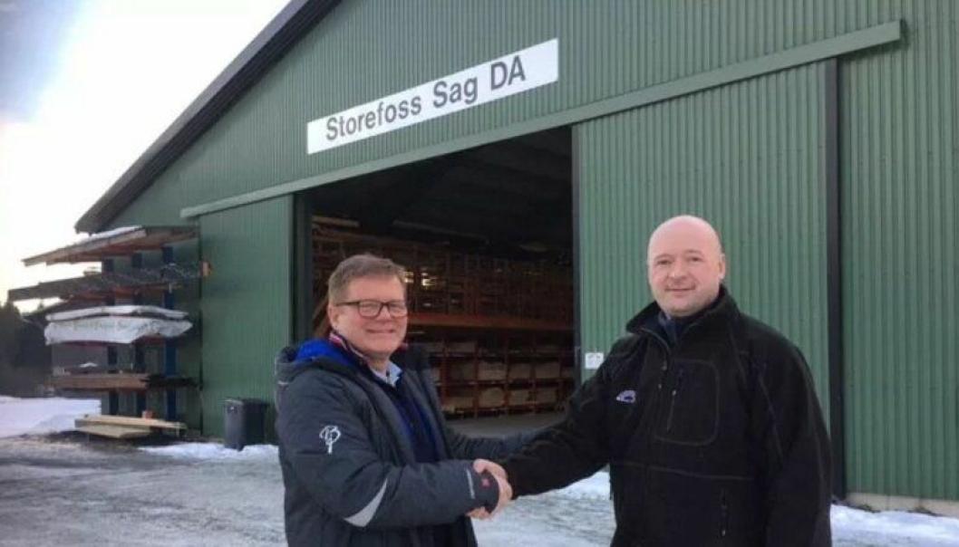 Her ønsker f.v. Trond Bjarne Oseth, KAM hos Optimera Handel daglig leder Odd Blomlie i Storefoss Sag AS velkommen inn i Montér kjeden.