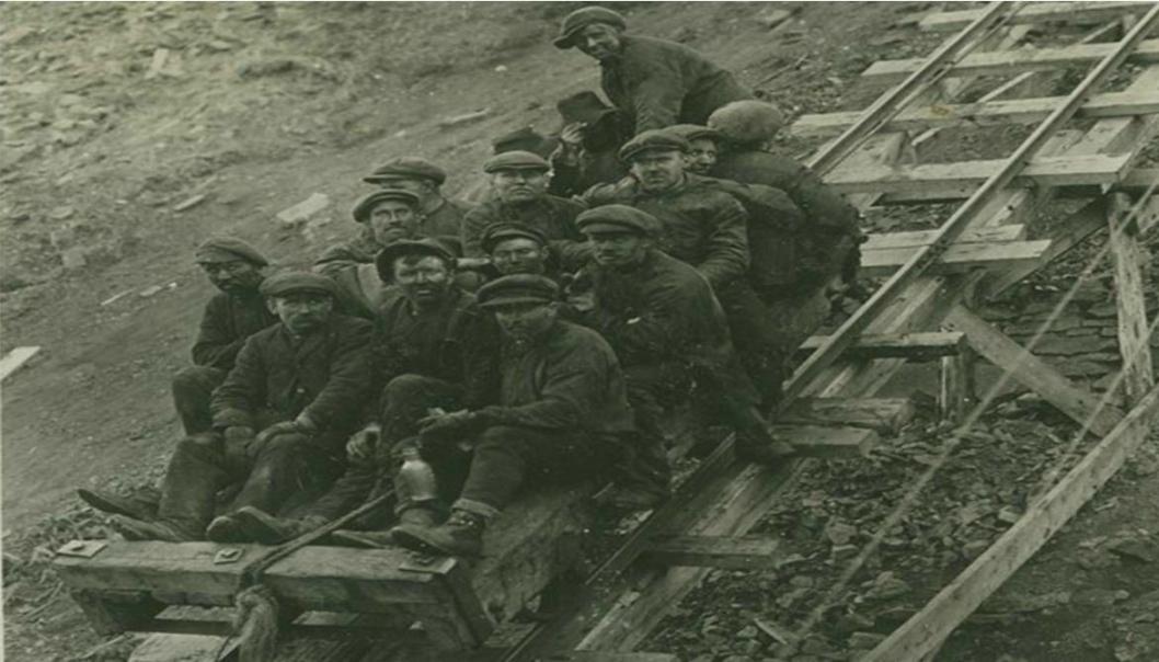 Arbeidere på vei ned fra Amerikanergruva (Gruve 1), før eksplosjonen 3. januar 1920 som tok livet av 26 gruvearbeidere. Gruve 1 ble totalskadd i eksplosjonen.
