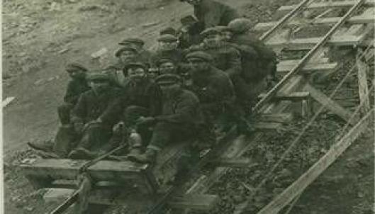 Arbeidere på vei ned fra Amerikanergruva (Gruve 1), før eksplosjonen i 1920.