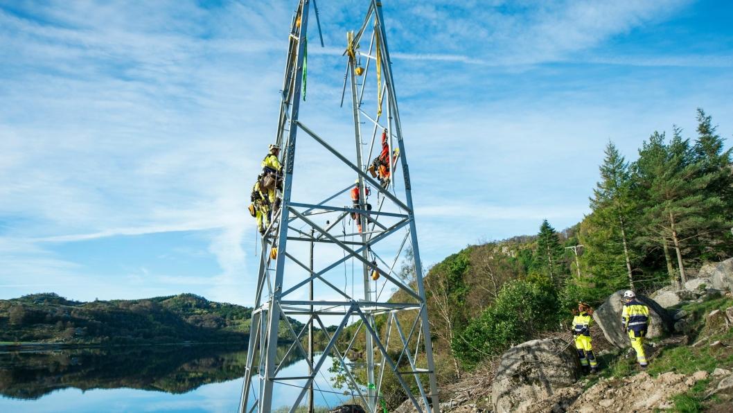 Bildet viser bygging av den 8 km. lange 132 kV høyspentlinjen som skal transportere strømmen fra vindparken og ut til transformatorstasjonen på Kjelland.