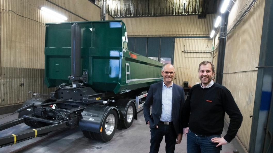 STOR: Lars Erfäldt og Roberth Löfstedt med den sprell nye og lange modellen av ZD4. Den blir snart å få i en semiversjon.