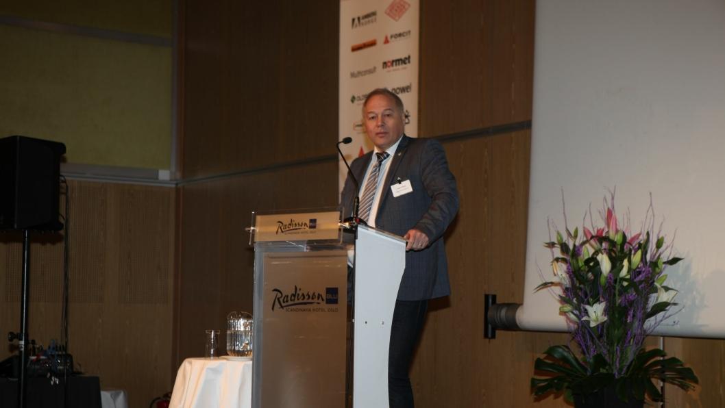 Styrelder i NFF, Frode Nilsen, på talerstolen på Fjellsprengningskonferansen i Oslo.