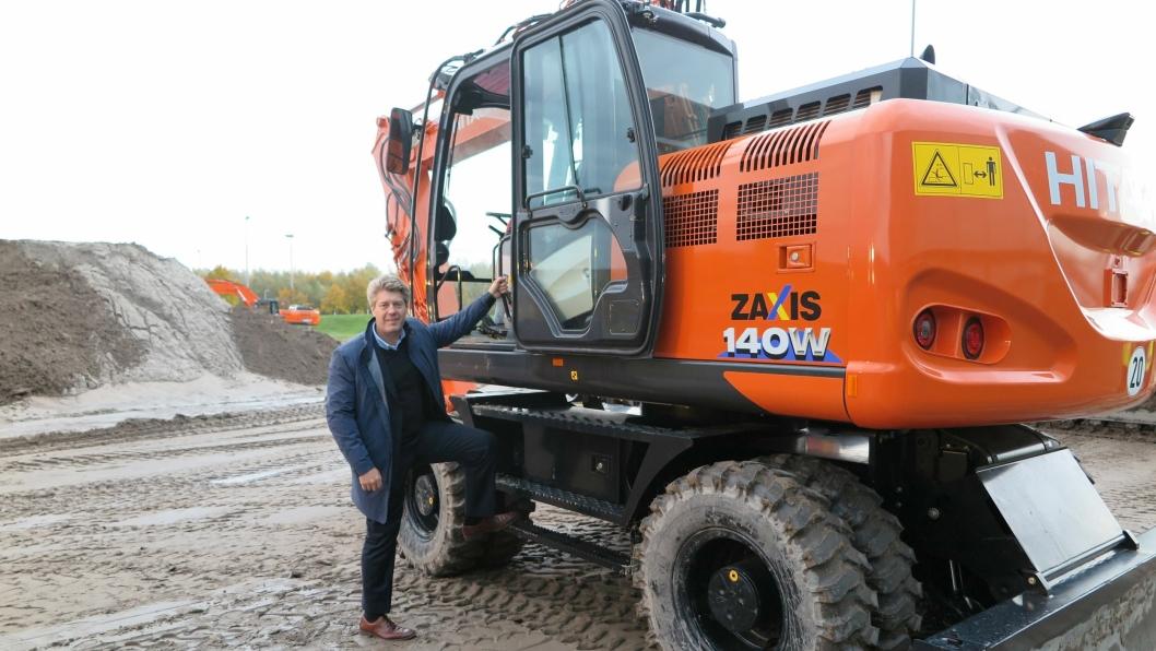 GLEDER SEG: Salgssjef Lars Engmark gleder seg til å få Hitachi 6-seriemaskiner til Norge. En av favorittene er hjulgraveren Zaxis 140W.