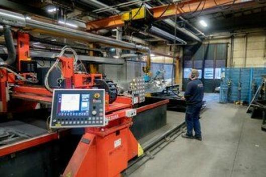 UTNYTTING: Den nye skjæremaskinen som kom ifjor, gjør at Zetterbergs får utnyttet stålplatene bedre.
