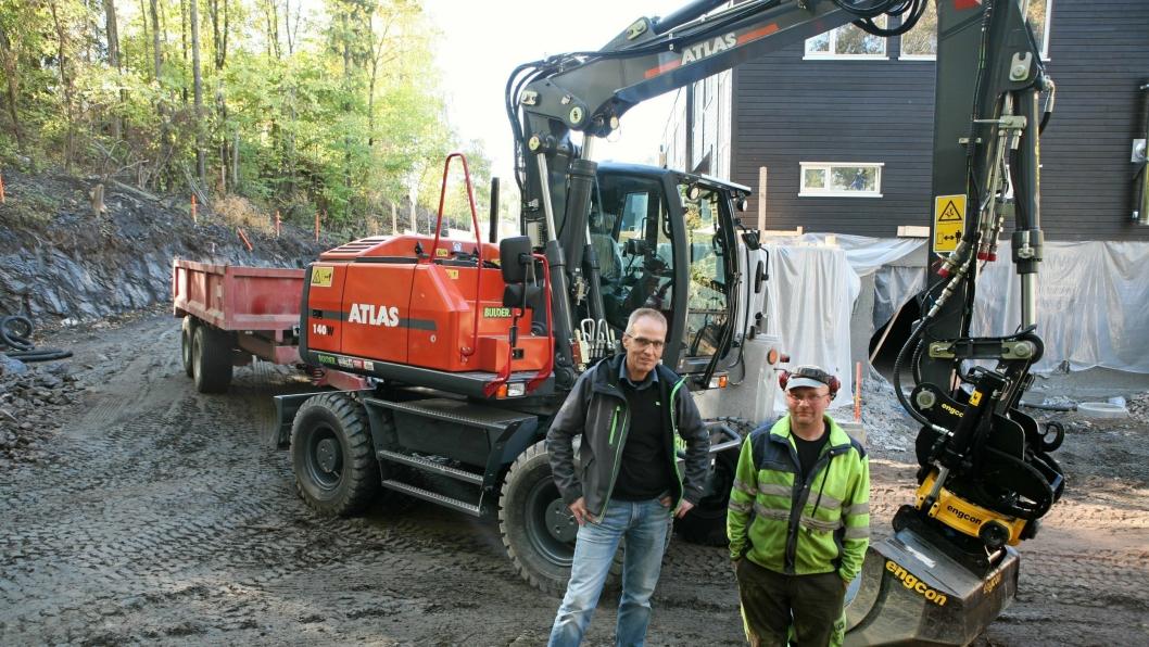 16 TONN: Tom Lillestrøm (t.v.), Bulder Maskin og maskinfører Tommy Heia ved den nye Atlas-maskinen 1450W (16 tonn).