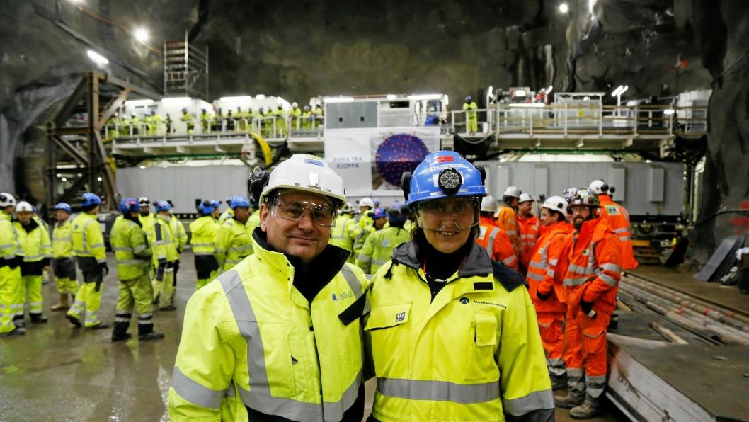Prosjektdirektør Fernando Vara Ortiz De La Torre (Acciona) og Jernbaneverkets prosjektleder Anne Kathrine Kalager er godt fornøyde med at alle TBM-ene er på plass i berggrunnen mellom Ski Stasjon og Oslo S.