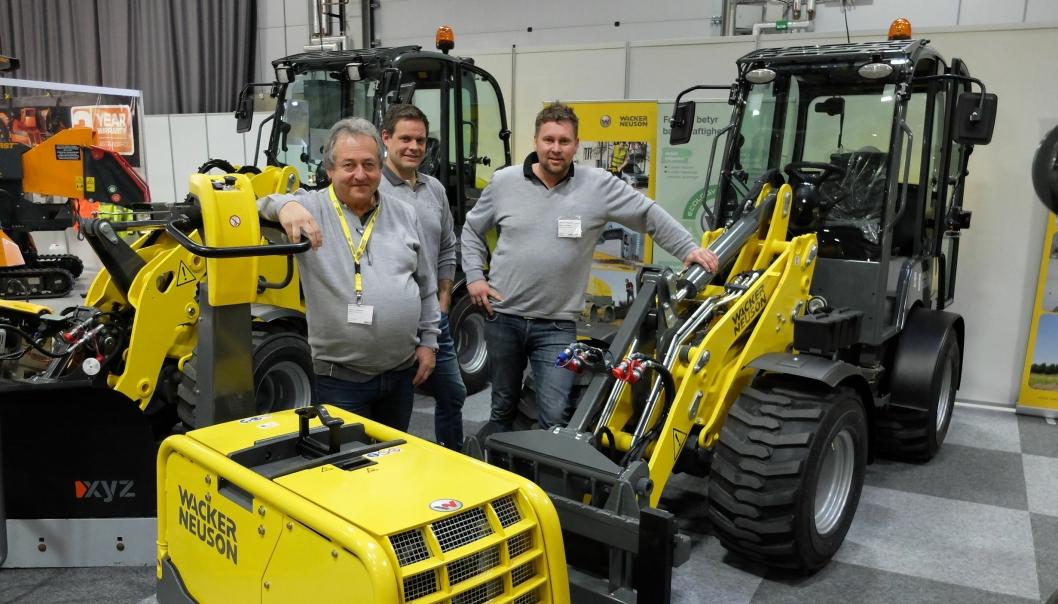 Johnny Valentinsen (t.v.), Morten Holter og Øivind Ottinsen fra Wacker Neuson AS viser den nye hjullasteren WL 28 (2,8 tonn) og den nye vibroplaten DPU80 med helhydraulisk drift.