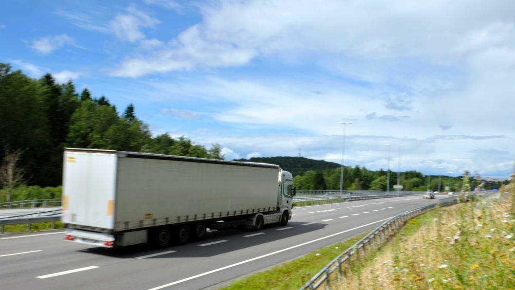 En stor andel av sjåførene fra land utenfor Norden stikker av fra regningen fordi Statens innkrevingssentral ikke kan drive inn bøter overfor dem ved tvang.
