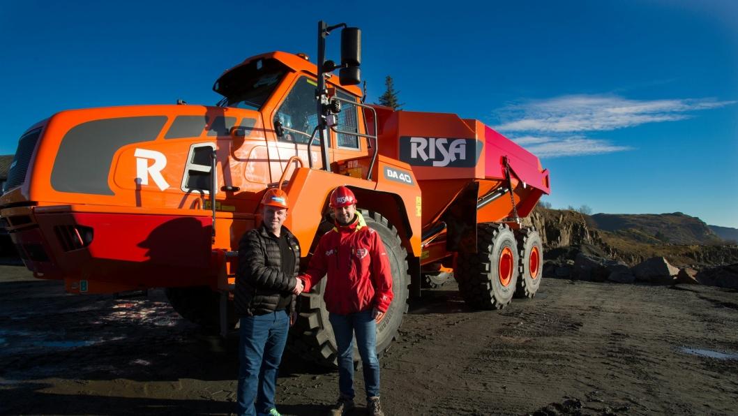 OPP I STØRRELSE: Kjetil Friestad (t.h.) i Risa Service har gått opp et knepp i størrelse på Doosan-dumperne i selskapets maskinpark. Her med Rosendal Maskins Eldar Undheim, selger Rogaland.