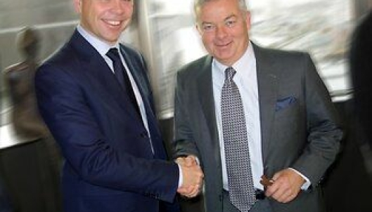 Entras administrerende direktør Arve Regland (t.v.) og konsernsjef Arne Giske i Veidekke ser frem til et godt samarbeid om prosjektet i Tullinkvartalet i Oslo.