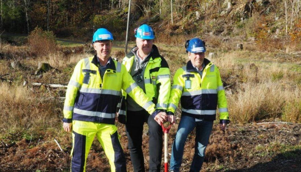 På bildet fra venstre: Jørn Rinde, utbyggingssjef Nye Veier E18 Langangen-Dørdal, Frank Duvholt, regionsjef Marthinsen & Duvholt og Magne Ramlo, prosjektdirektør Nye Veier E18Langangen-Grimstad.
