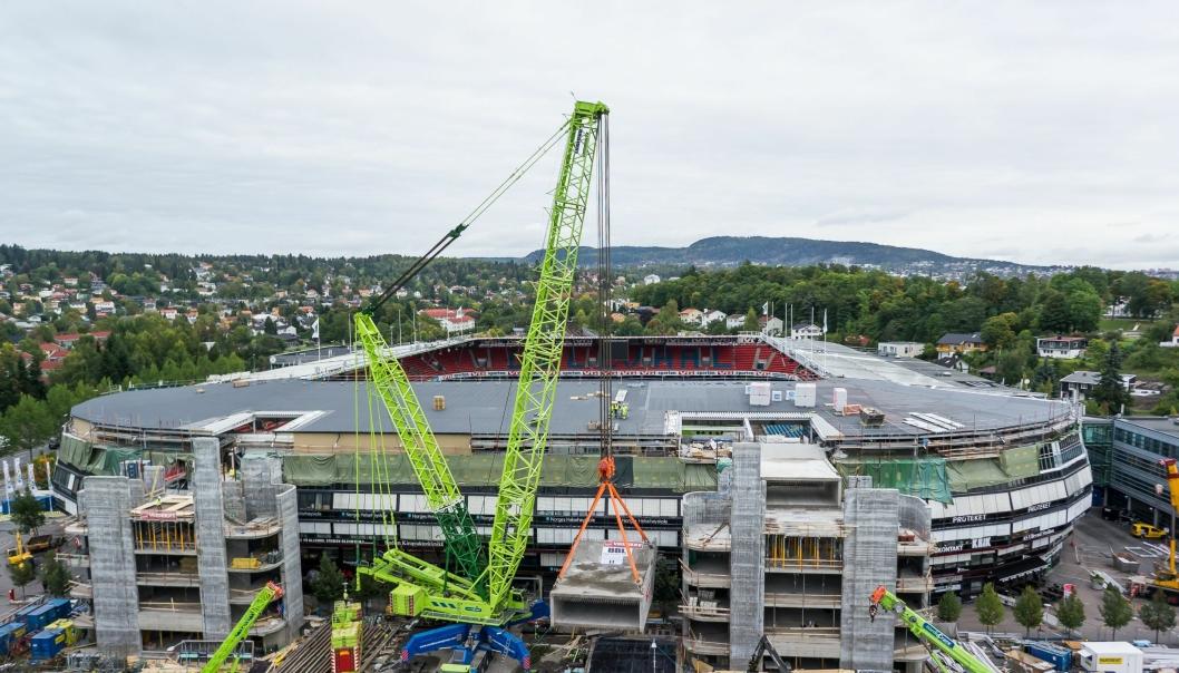 Bilde av et tungt løft Nordic Crane Kynningsrud tok på Ullevål Stadion tidligere.