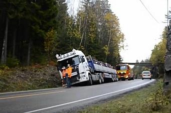 Lastebil presset vogntog av veien