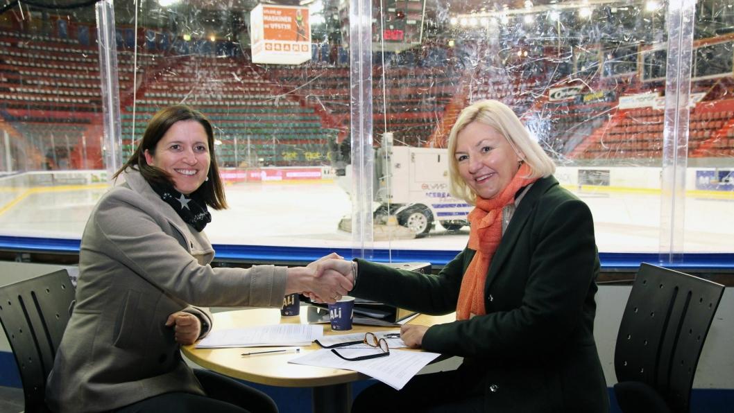 Avdelingssjef Marianne Brudevold Eek i NCC Norge AS (t.v.) og Eli Grimsby, byggherre og direktør i Kultur- og idrettsbygg Oslo KF (til høyre), med inngått kontrakt for nye Jordal Amfi. Partene skal nå samarbeide i en intensiv optimaliseringsprosess for å skreddersy Oslos nye hovedarena for ishockey.