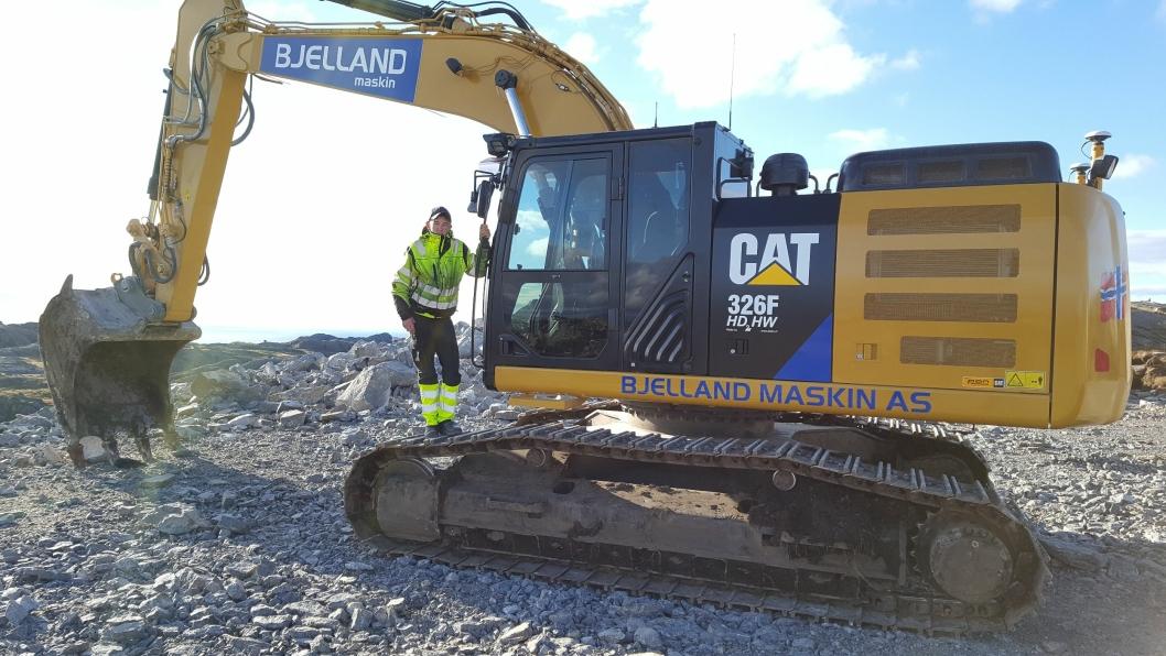 Tommy Bjelland er lærling og fast fører på den nye 31-tonneren, Cat 326FL HDHW.