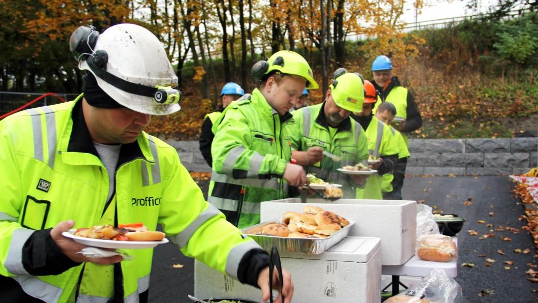 Kranselaget ble feiret med grillmat for alle arbeiderne på prosjektet.